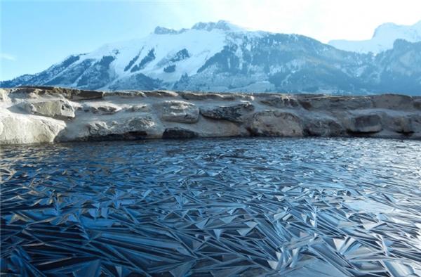 Một cái hồ bị đóng băng ở Thụy Sĩ.