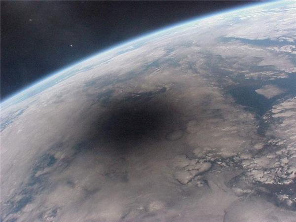 Cảnh nhật thực nhìn từ không gian.