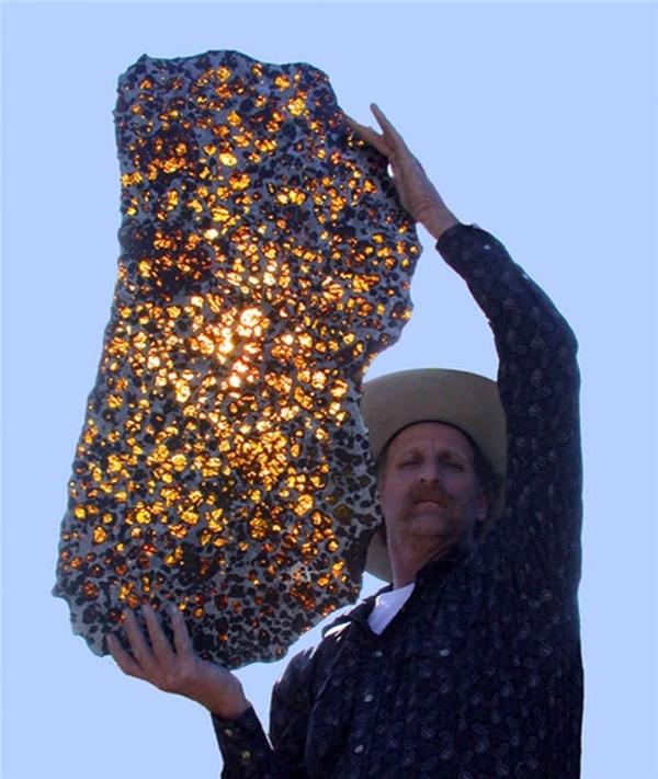 Tảng thiên thạch Phụ Khang được tìm thấy gần thành phố Phụ Khang, Xương Cát, Tân Cương với vẻ đẹp óng ánh đầy mê hoặc. Tuổi đời của nó ước tính là 4,5 tỷ năm.
