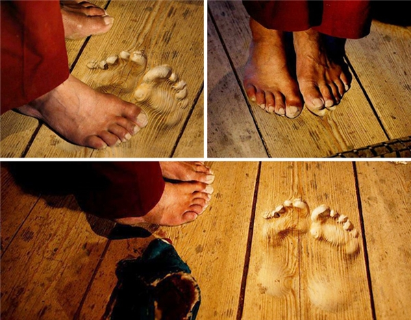 Dấu chân của một thầy tu in trên nền gỗ sau khi đứng cầu nguyện tại cùng một vị trí trong suốt nhiều năm.