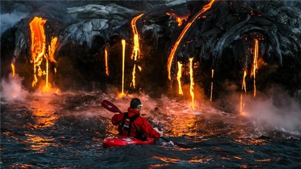 Một người bơi xuồng kayak mạo hiểm tiến gần đến những dòng nham thạch nóng chảy ở Hawaii.