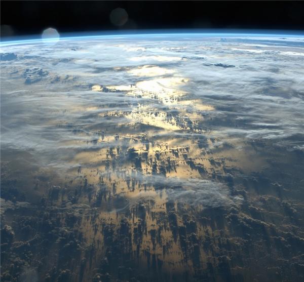 Những cái bóng dài đến hàng ngàn cây số của những đám mây bao phủ lấy Trái Đất.