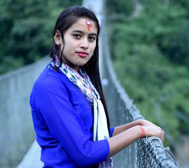 """Nhan sắc và tấm lòng hiếu thảo củaKusum Shrestha được dư luận khen ngợi vàgọi bằng cái tên""""mỹ nhân bán rau""""."""