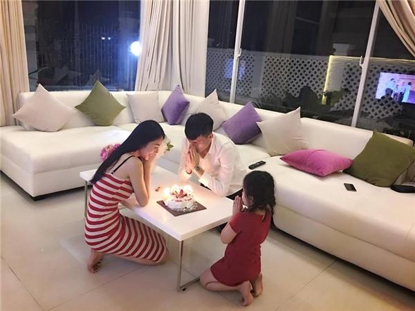 Gia đìnhCông Vinh - Thủy Tiêncùng béBánh Gạoquây quần bên nhau trong ngày sinh nhật. (Ảnh: Internet)