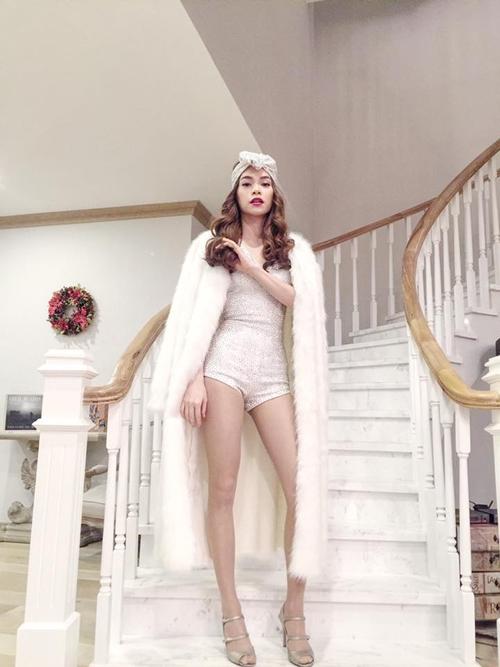 Trong khi đó, thiết kế màu trắng kết hợp bodysuit, khăn turban khắc họa hình ảnh quý cô sang chảnh, hợp mốt của Hồ Ngọc Hà khi trình diễn trên sân khấu.