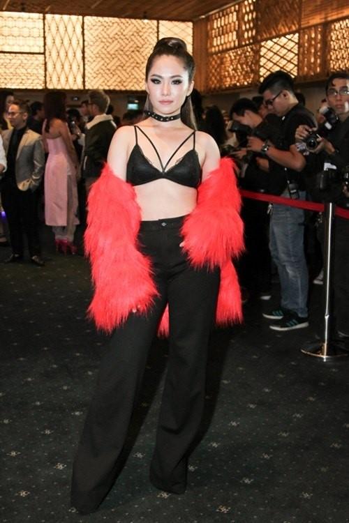 Dù sử dụng hai tông màu kinh điển đỏ, đen nhưng Lương Bích Hữu trông vô cùng quê mùa, lỗi mốt khi tham gia một đêm tiệc thời trang.