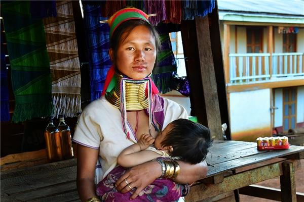 Phong tục truyền thống đang được thay bằng ảnh hưởng của cuộc sống hiện đại.