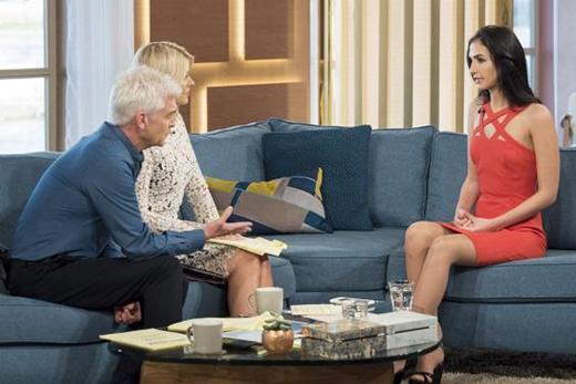 Aleexandra cùng các biên tập viên truyền hình This Morning nói về hành động táo bạo của cô.