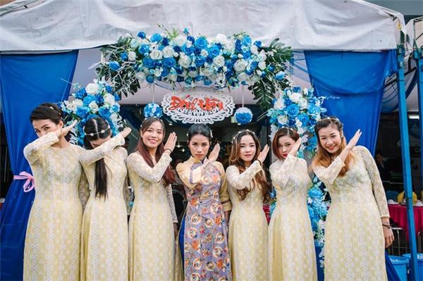Cô dâu Thy Trần vốn là một dancer chuyên nghiệp nên không lạ gì trước khả năng nhảy vô cùng điêu luyện. Cô nàng xinh đẹp này còn là biên đạo chính Võ nhạc của đội tuyển quyền Taekwondo Việt Nam.