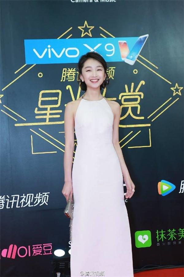 Châu Đông Vũ rạng rỡ với trang phục váy trắng.