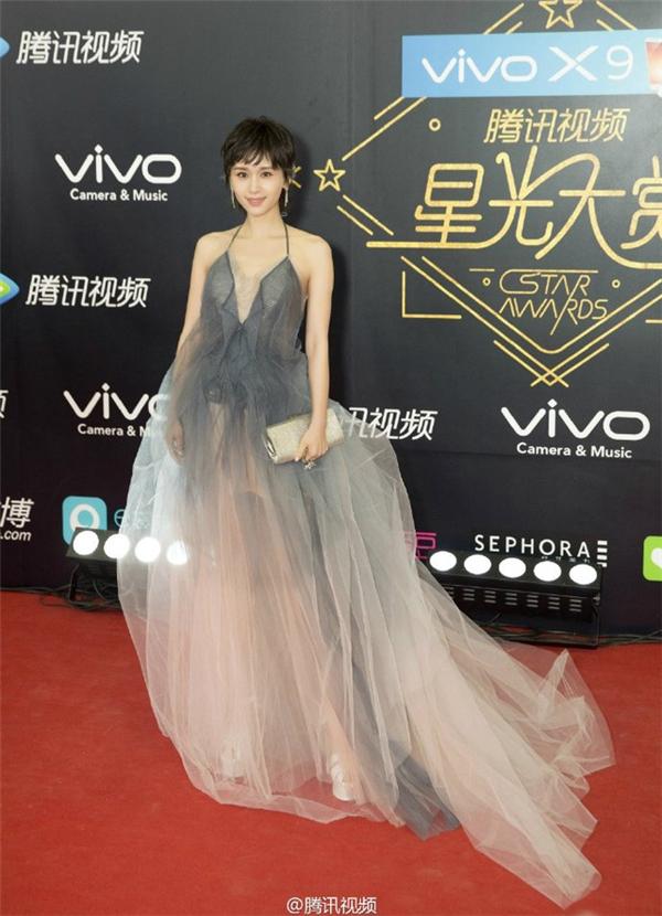 Vương Tử Văn nổi bật với đầm voan hai dây bồng bềnh như công chúa.