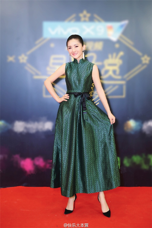 MC Tạ Na cũng khá điệu đà.