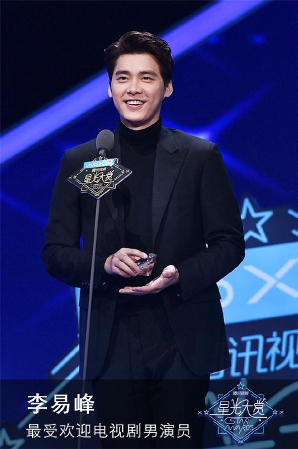 Lý Dịch Phong nhận giải Nam diễn viên truyền hình được yêu thích nhất.