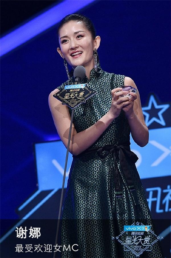 Tạ Na trên sân khấu nhận giải Nữ MC được yêu thích nhất.