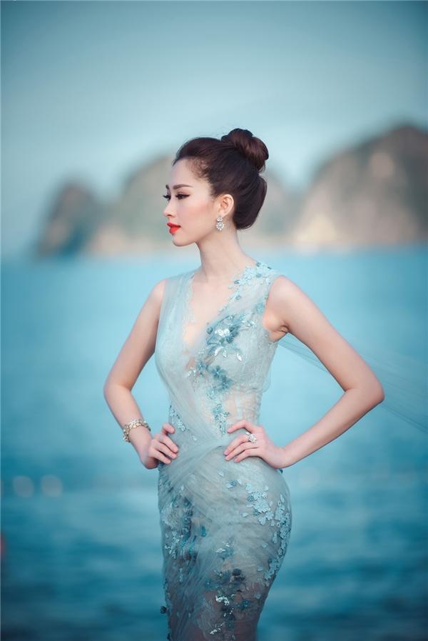 Tại hai đêm chung khảo Hoa hậu Việt Nam 2016, Hoa hậu Đặng Thu Thảo xuất hiện như một nữ thần nhẹ nhàng, mong manh với thiết kế của Hoàng Hải. Nếu như sắc vàng mang lại nét ngọt ngào, cuốn hút cho cô thì tông xanh lại khắc họa sự trẻ trung, căng tràn sức sống.