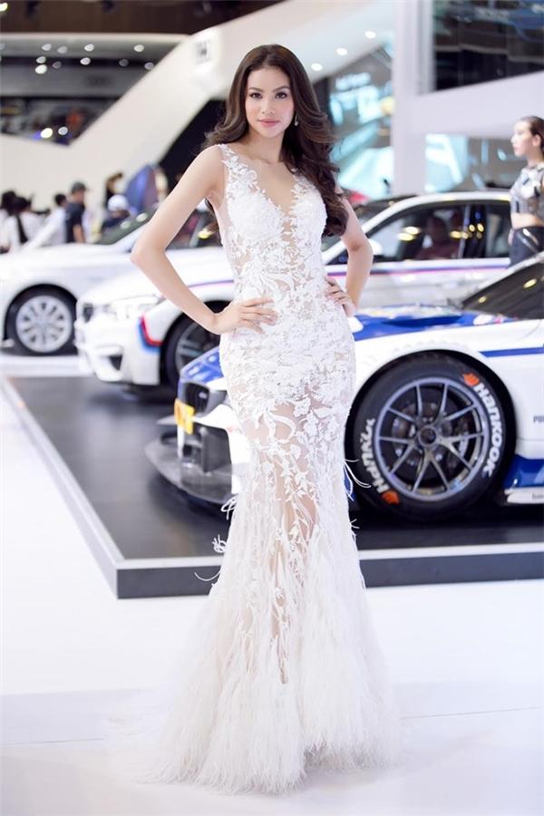 Hoa hậu Phạm Hương được ví như một nàng thiên nga trắng khi diện thiết kế kết hợp giữa ren và lông đính kết. Tông trang điểm nhẹ nhàng hòa hợp tuyệt đối với trang phục.