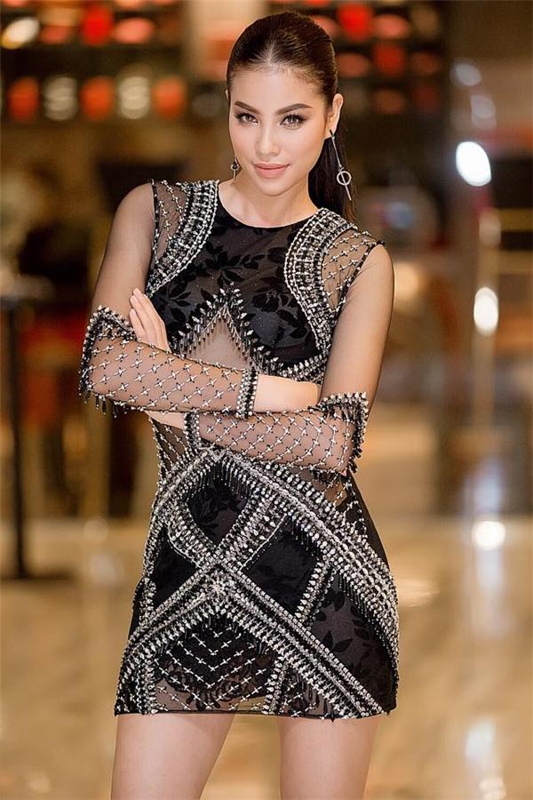 Đường cong quyến rũ của Hoa hậu Hoàn vũ Việt Nam 2015 được phô diễn khéo léo trong thiết kế ngắn trên gối với những đường cắt táo bạo theo cấu trúc đối xứng.