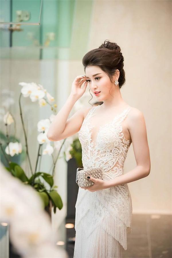 """Bộ váy trắng của Á hậu Việt Nam 2014 khiến người xem ngẫn ngơ với những chi tiết đính kết kì công từ cườm đá để tạo nên mảng họa tiết theo cấu trúc đối xứng. Đây có thể được xem là một trong những thiết kế xuyên thấu """"đỉnh"""" nhất năm 2016."""