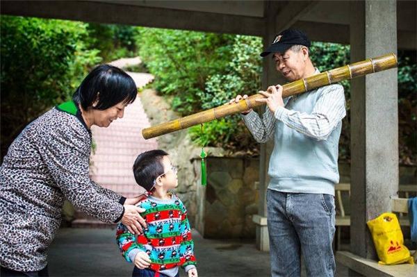 Ông Lương với chiếc sáo đặc biệt.
