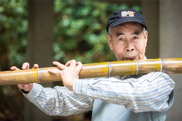 Ông vốn có tài thổi sáo và thường ra công viên Bạch Vân thổi cho mọi người nghe.