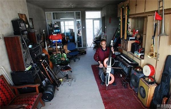 Ông Lí rất thích góp nhặt những thứ linh tinh để chế tạo thành nhạc cụ.