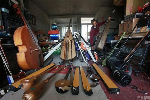 Ông Lí luôn tự hào về gia tài 1.200 nhạc cụ tái chế từ rác của mình.
