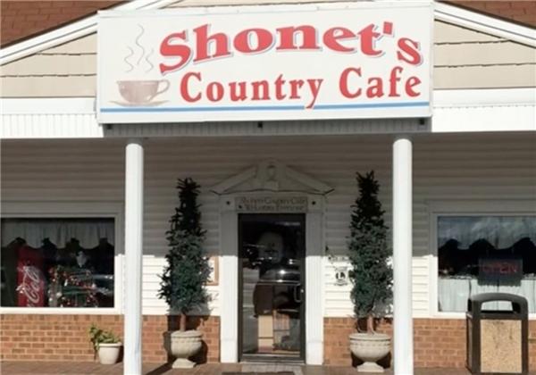 Với một cô bé, lần ghé vào một nhà hàng nhỏ bên đường bỗng chốc trở thành kỉ niệm đáng nhớ.(Ảnh: Facebook)