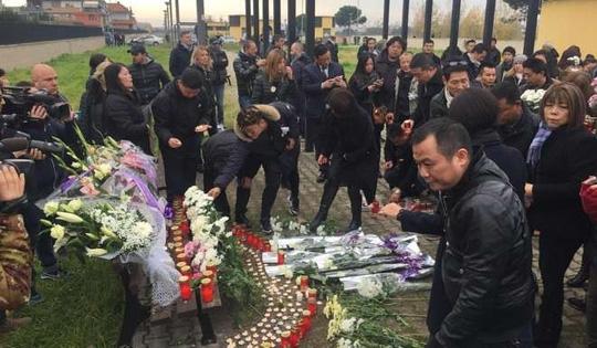 Buổi lễ tưởng niệm cô nữ sinh viên xấu số đã được tổ chức tại khu vực ngoài ga xe lửa.