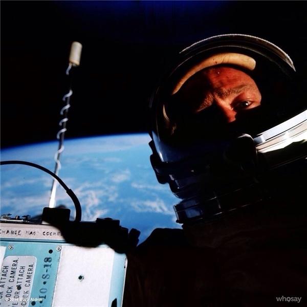 """Còn ai """"cool ngầu"""" hơn cựu phi hành gia Buzz Aldrin - được """"tự sướng"""" với cả thế giới."""