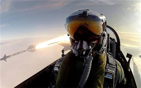 """Một phi công của Không quân Hoàng gia Đan Mạch """"tự sướng"""" bằngchiếcGoPro trong lúcbắn một tên lửa không đối khôngtừ máy bay phản lực F-16."""