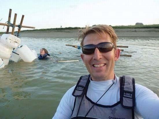 Trong khi người phụ nữ kia có vẻ như đang kiệt sức dần vì vùng vẫy trong nước, người đàn ông này vẫn cười tươi tự sướng?