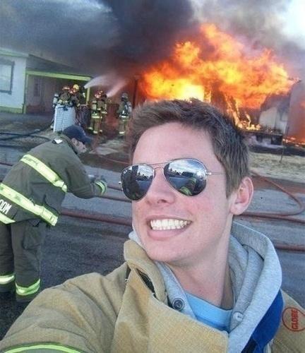 Chụp ảnh tự sướng tại các vụ hỏa hoạn - kiểu chụp ảnh bị ném đá nhiều nhất.