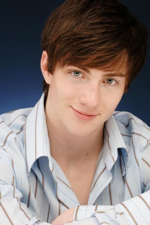 Aaron Taylor-Johnson với dáng vẻ của hot boy tóc dài, mắt xanh lãng tử.
