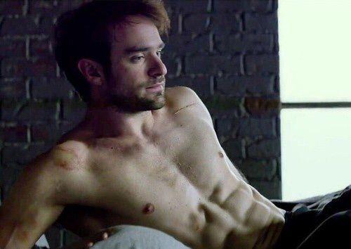 Charlie Cox quyến rũ với những múi cơ hoàn hảo khi hóa thân vào Daredevil.