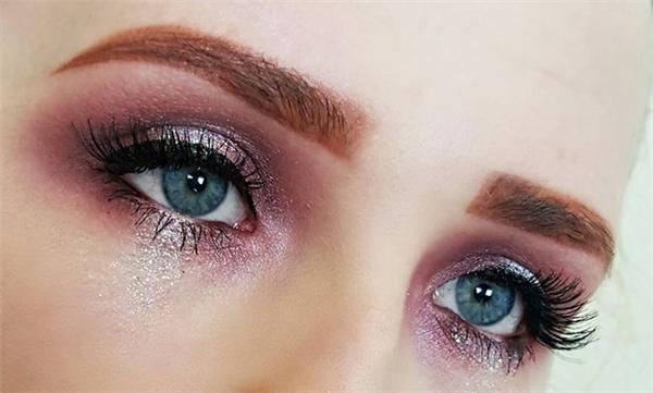 Bạn có thể làm lệ kim tuyến bằng phấn mắt có nhũ.