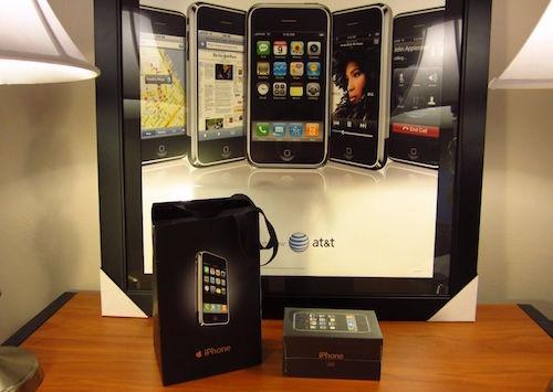 Chiếc iPhone đời đầu còn nguyên hộp, kèm túi và poster. (Ảnh: internet)