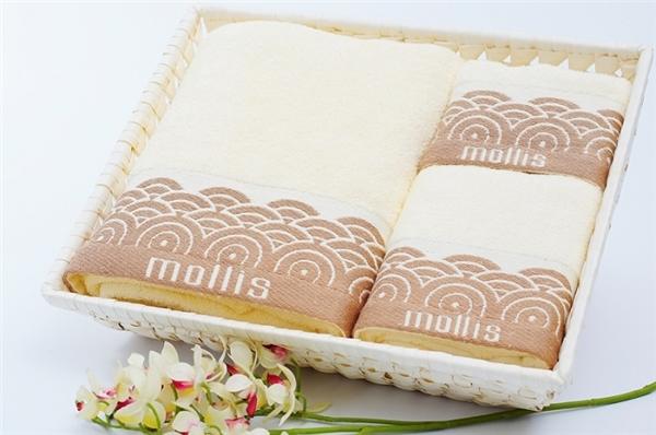 Những chiếc khăn cao cấp, xinh xắn được đựng trong rổ quà tre đơn giản mà sang trọng.