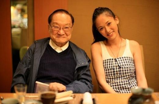 Ông là nhà viết văn thuộc hàng tông sư đại tài của Trung Quốc. Tác phẩm của ông đã đưa nhiều nghệ sĩvụt sáng trở thành ngôi sao của làng giải trí Hoa ngữ.