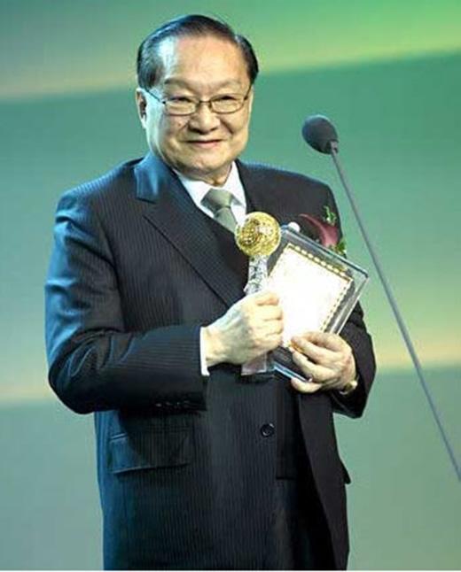 Ông nhận rất nhiều giải thưởng lớn trong cuộc đời, trong đó có Huân chương Tự Kinh và giải thành tựu trọn đời.
