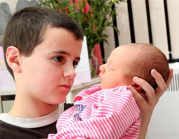 Alfiekhẳng định mình là bố của đứa bé vì có ngủ với bạn gái một lần.