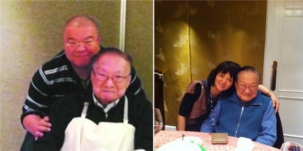 Kim Dung đang sống an nhàn bên cạnh những người con còn lại của ông và Chu Mai. Trong hình là ông chụp cùng Tra Truyền Thích - con trai thứ và Tra Truyền Thi - con gái út.