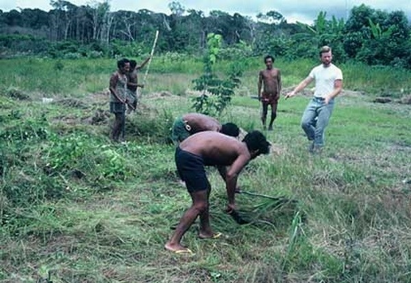 Bên cạnh đó, giao tiếp bằng tiếng Pirarra còn bao gồm cả việc hát, huýt sáo, và nhiều cách biểu đạt khác. Ngôn ngữ này còn dựa trên các âm thanh trầm, có độ vang xa, tiện lợi để giao tiếp trong rừng rậm và dưới các cơn mưa nhiệt đới liên tục như tại vùng sông Maicí.