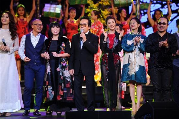 Đêm nhạc khép lại với một tiết mục vớisự kết hợp của nhiều ca sĩ tham gia chương trình. - Tin sao Viet - Tin tuc sao Viet - Scandal sao Viet - Tin tuc cua Sao - Tin cua Sao