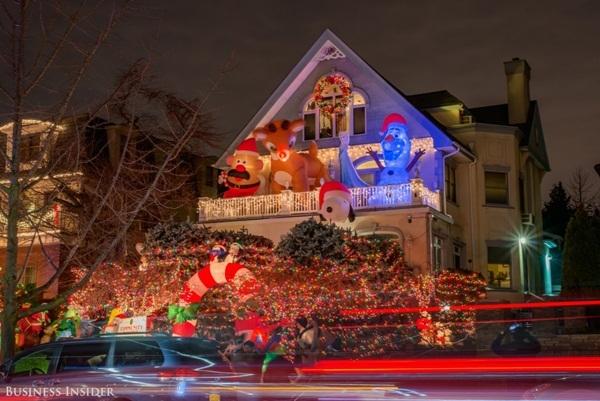 Nhiều gia đình có hẳn những nhân vật Giáng sinh khổng lồ. Ngôi nhà này đã chọn các nhân vật Mr. Potato Head trong loạt phim hoạt hình đình đám của Disney – ToyStory, chú tuần lộc mũi đỏ Rudolph, chú chó Snoopy, Elsa và Olaf.
