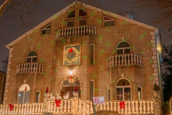Không giống những kiểu trang trí Giáng sinh khác, ngôi nhà này chọn trình diễn một đại tiệc ánh sáng đầy thú vị.