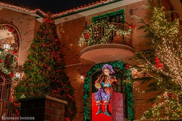 Bên cạnh trang trí bằng vòng hoa và đèn dưới mái hiên, bãi cỏ phía trước ngôi nhà này còn có điểm nhấn là một anh hề Giáng sinh.