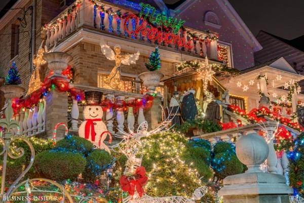 Với những người yêu thích lối trang hoàng nổi bật trên cao như thế này, Dyker Heights là một gợi ý không thể hoàn hảo hơn cho mùa Giáng sinh.