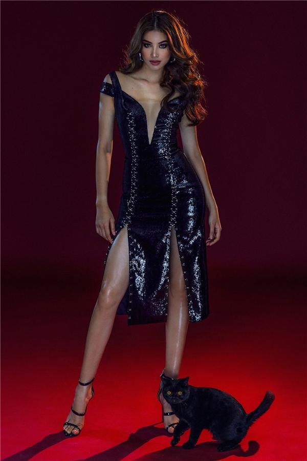 """Ta sẽ bắt gặp xuyên suốt trong những khung hình là chiếc áo corset cổ điển được Chung Thanh Phong """"khai quật"""" và làm mới qua công thức phối độc đáo với váy ren dài hay váy ngắn đính kết kì công."""