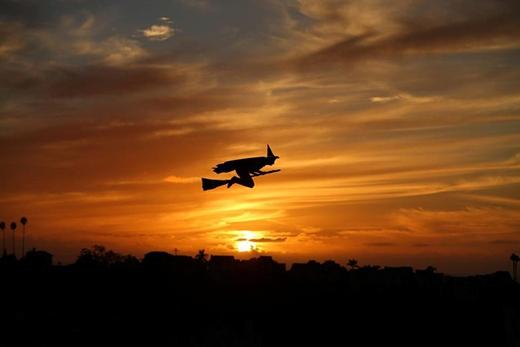 Nhìn thoáng qua chắc chắn nhiều bạn tưởng là thật đấy! Thế nhưng đây chỉ là sản phẩm máy bay điều khiển từ xa có hình dạng phù thủy cưỡi chổi bay qua bầu trời tại California trong ngày Halloween thôi.