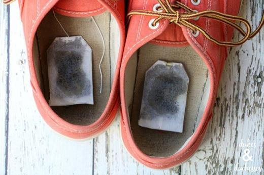 """Bạn đang khó chịu với """"mùi"""" của những đôi giày đã xài lâu? Bạn đã làm đủ mọi cách mà vẫn không đánh bay được mùi?Hãy thử dùng túi trà xem sao bạn nhé. Dám cá với bạn làchỉ cần để túi tràđã qua sử dụngvào những đôi giày bám mùi qua đêm thì """"mùi"""" có ghê đến đâu cũng bay biến mất."""